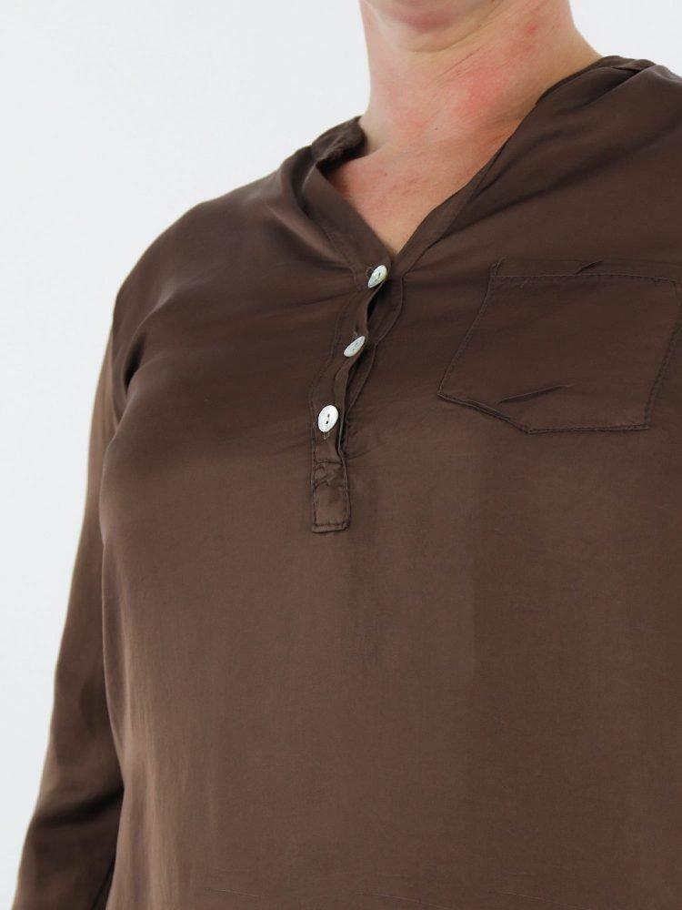 geknoopte-blouse-top-in-een-egaal-bruine-kleur-met-v-hals-en-borstzak