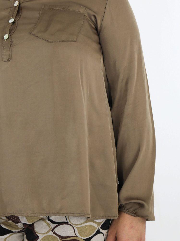 geknoopte-top-blouse-in-een-taupe-kleur-met-borstzakje-en-subtiele-v-hals