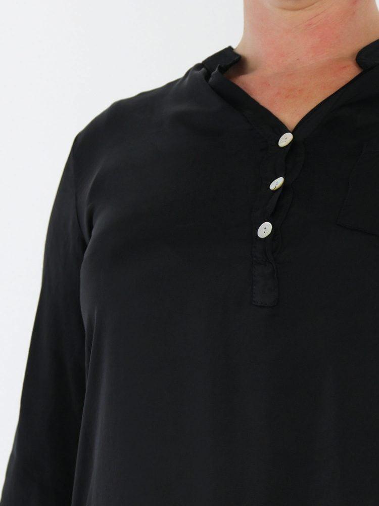 geknoopte-top-blouse-met-v-hals-en-borstzak-in-een-zwarte-kleur