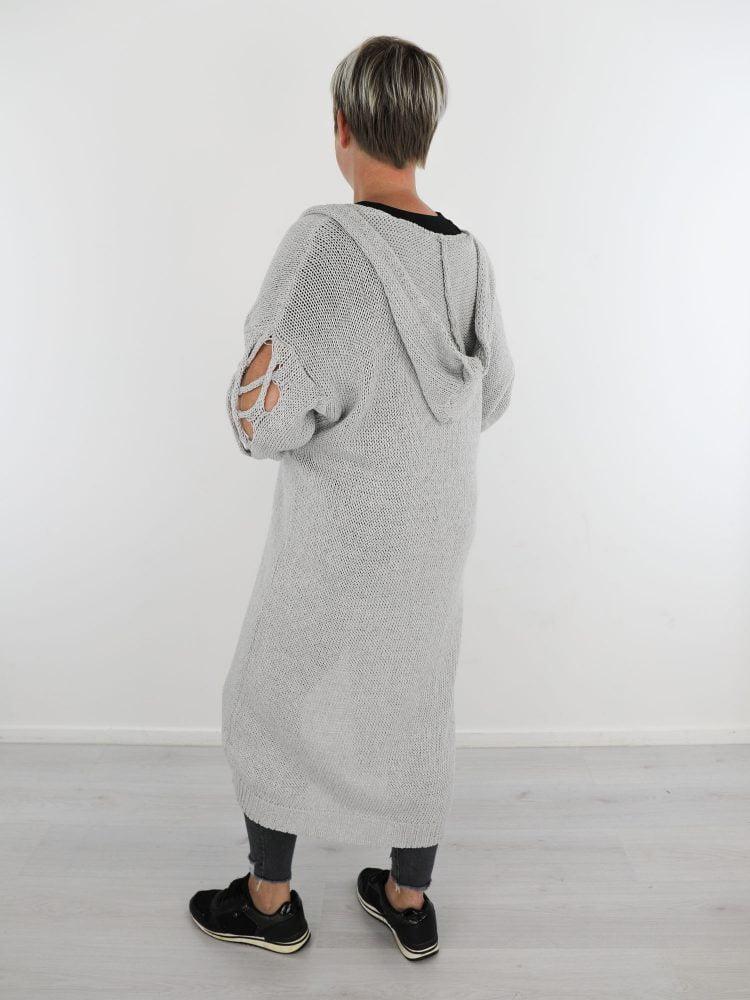 grijs-gekleurd-lange-vest-met-capuchon-en-opengehaakte-mouwen