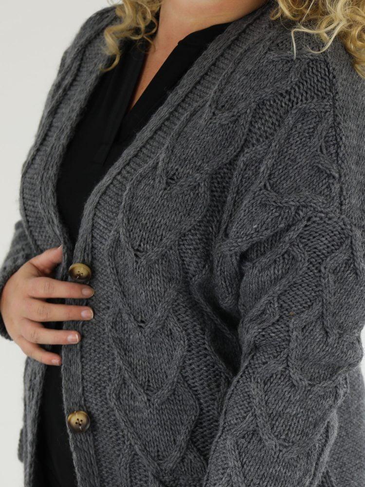 grijs-vest-in-plussize-met-zakken-en-gekabelde-voorkant