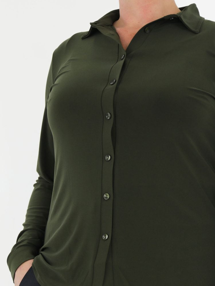 groen-gekleurde-blouse-van-travelstof-angelle-milan