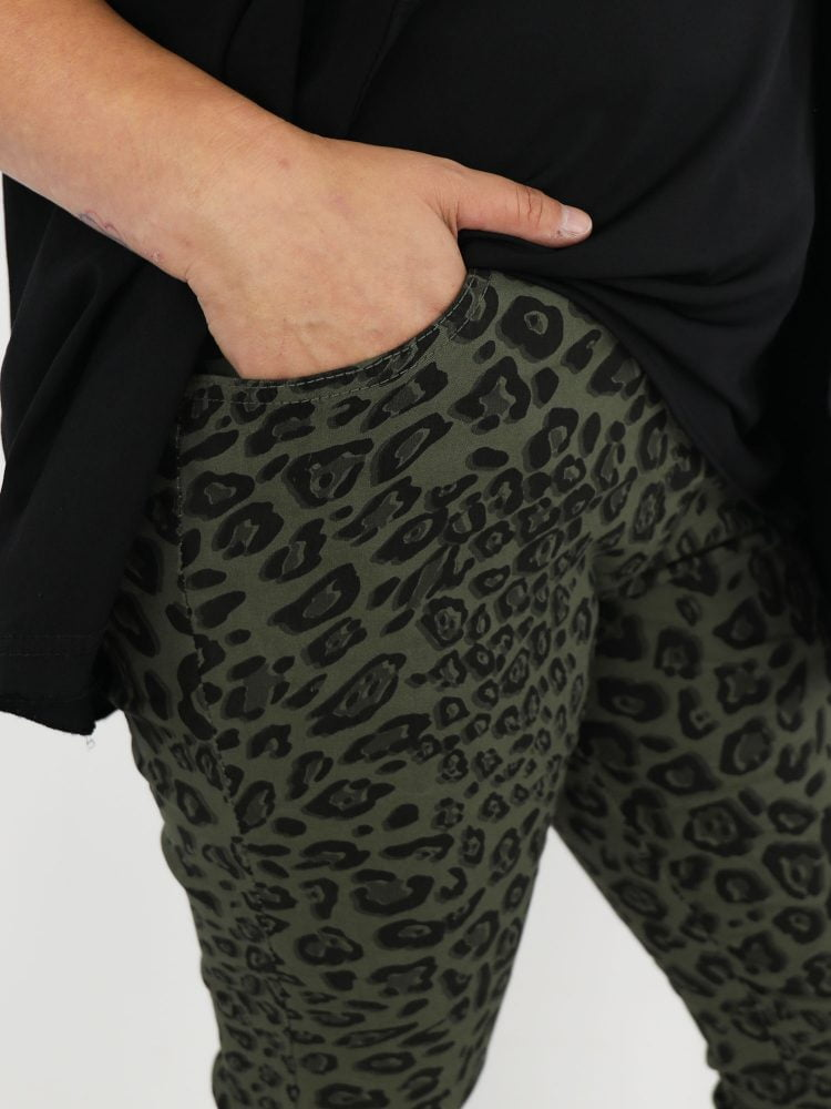 groen-gekleurde-broek-met-zwarte-luipaardprint