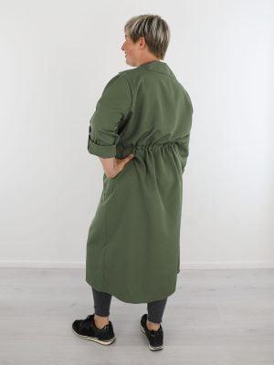 groen-gekleurde-lange-tussenjas-met-koord-om-de-middel-en-zakken
