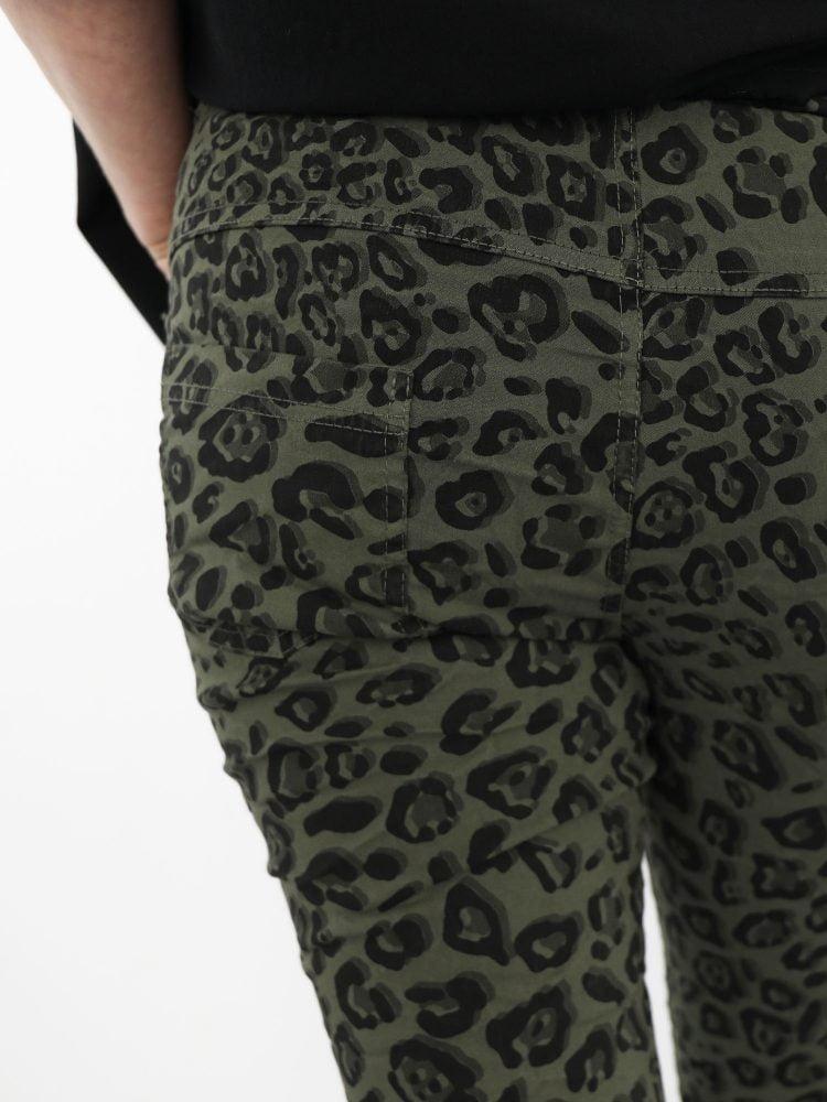 groen-met-zwartkleurige-broek-met-leopard-print