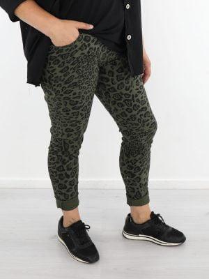 groene-broek-met-zwarte-leopardprint