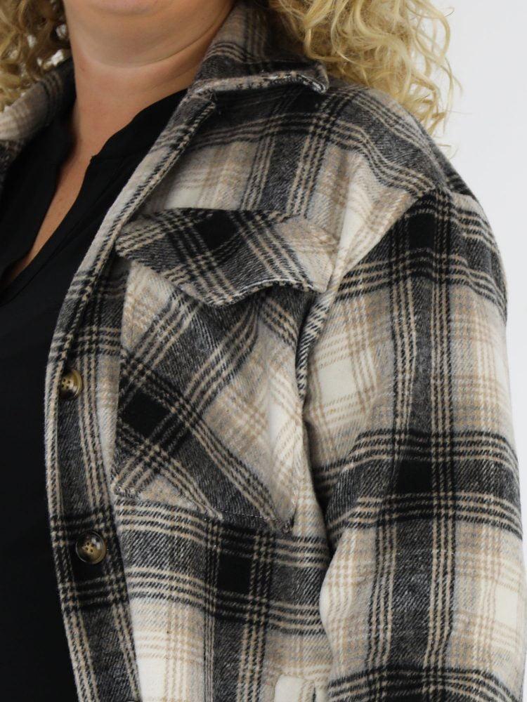 grote-maat-jas-blouse-in-beige-en-zwart-geruit-met-zij-zakken-en-borst-zakken