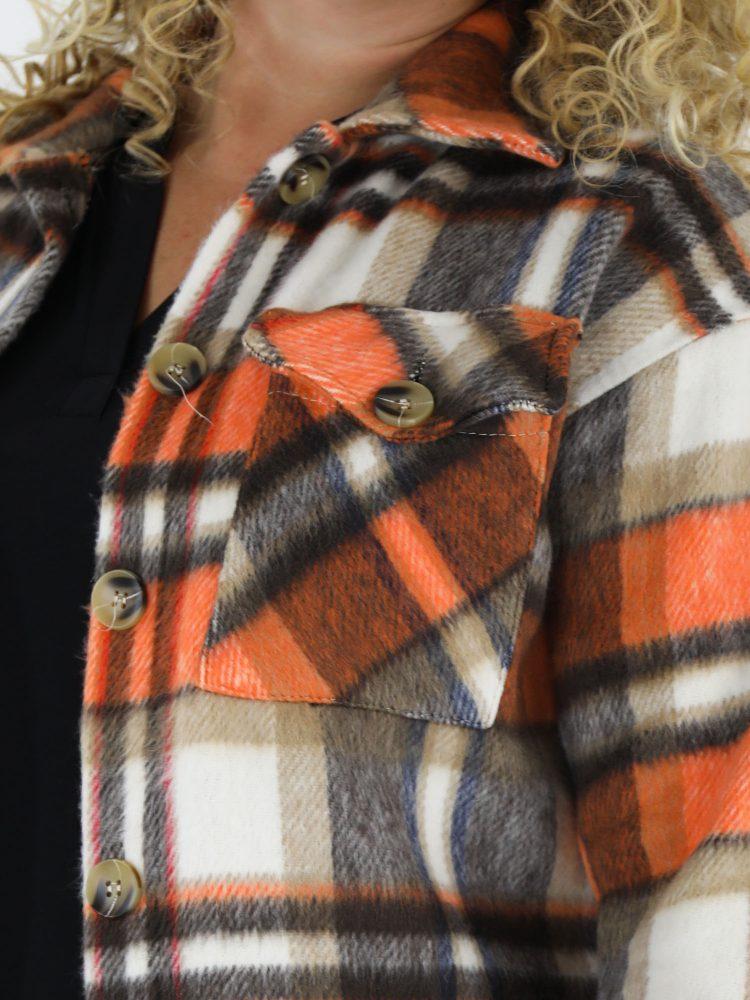 grote-maat-lange-blouse-met-een-geruite-print-in-beige-en-oranje-gekleurd