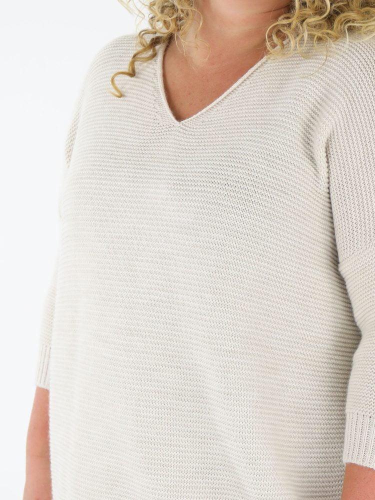 grote-maten-kleding-trui-in-beige-kleur