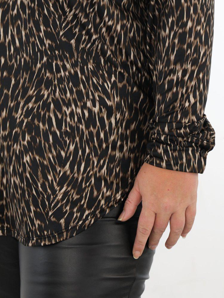 grote-maten-lange-blouse-in-een-zwart-beige-print-van-travelstof