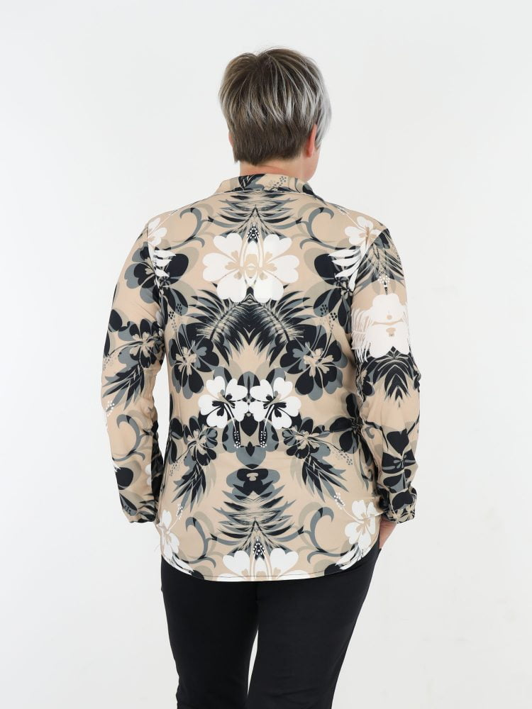 grove-bloemenprint-blouse-van-travelstof-in-beige-met-wit-en-antraciet-van-angelle-milan