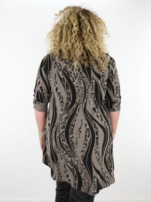 lange-blouse-in-een-taupe-kleur-met-een-dieren-print-in-zwart-plus-size
