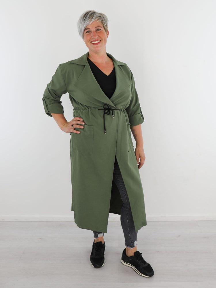 lange-groene-tussenjas-met-koord-om-de-middel