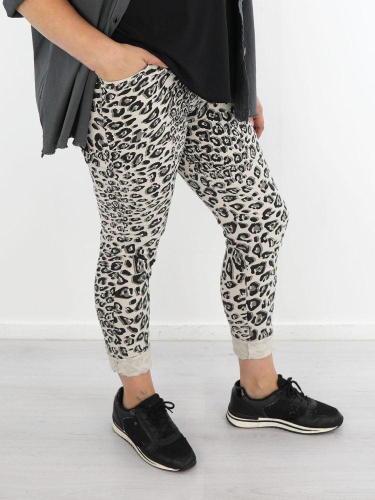 luipaard-broek-in-licht-beige-met-zwart-grijze-print