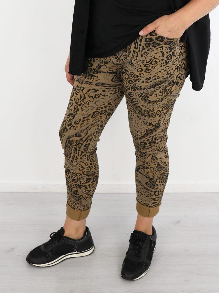 luipaard-print-broek-in-camel-met-taupe-en-zwarte-details
