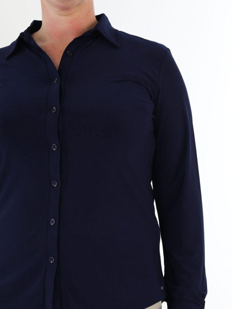 marine-blauw-gekleurde-blouse-van-travelstof-angelle-milan
