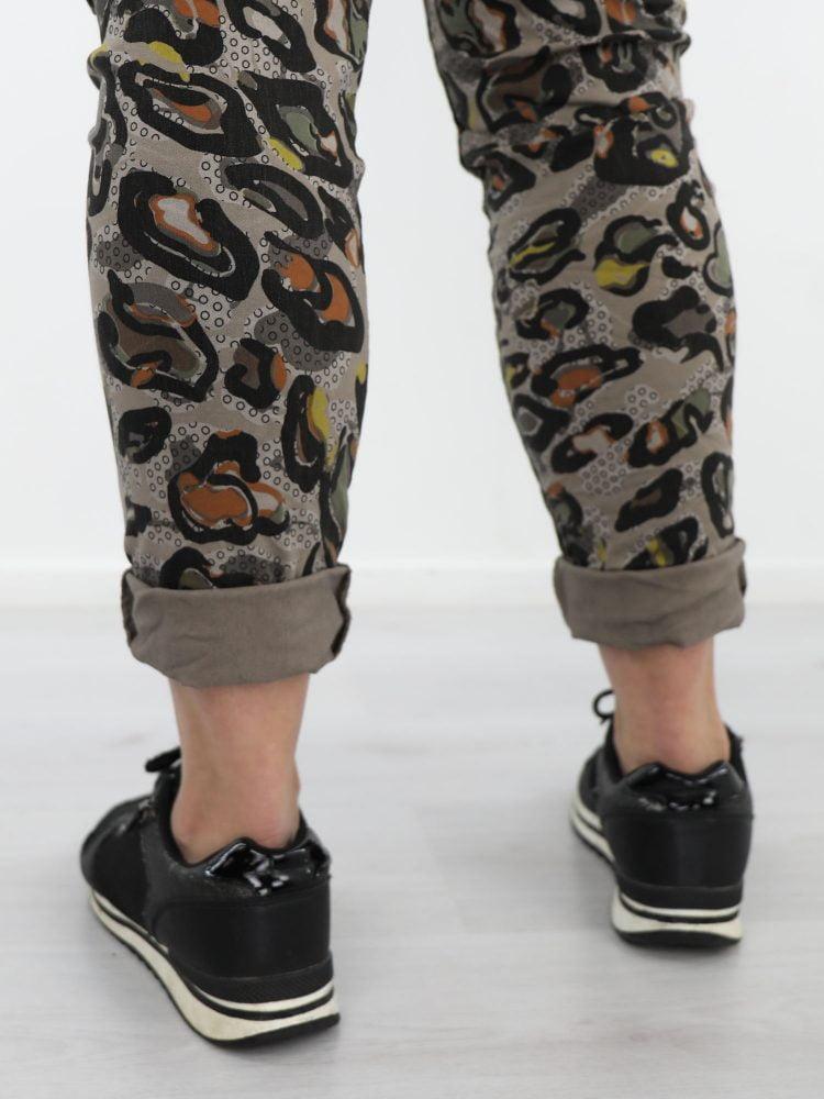 mooie-abstracte-broek-uitgevoerd-in-taupe