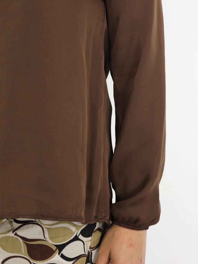 mooie-top-blouse-in-bruin-met-v-hals-en-borstzak