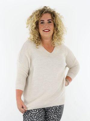 mooie-zandkleurige-plus-size-trui-gehaakt-en-driekwart-mouw