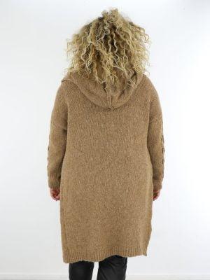 opengewerkte-vest-in-een-camel-kleur-met-capuchon-in-grote-maat