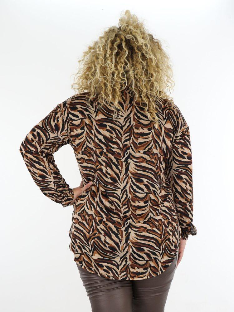 plus-size-blouse-van-travelstof-met-abstracte-print-in-najaars-kleuren