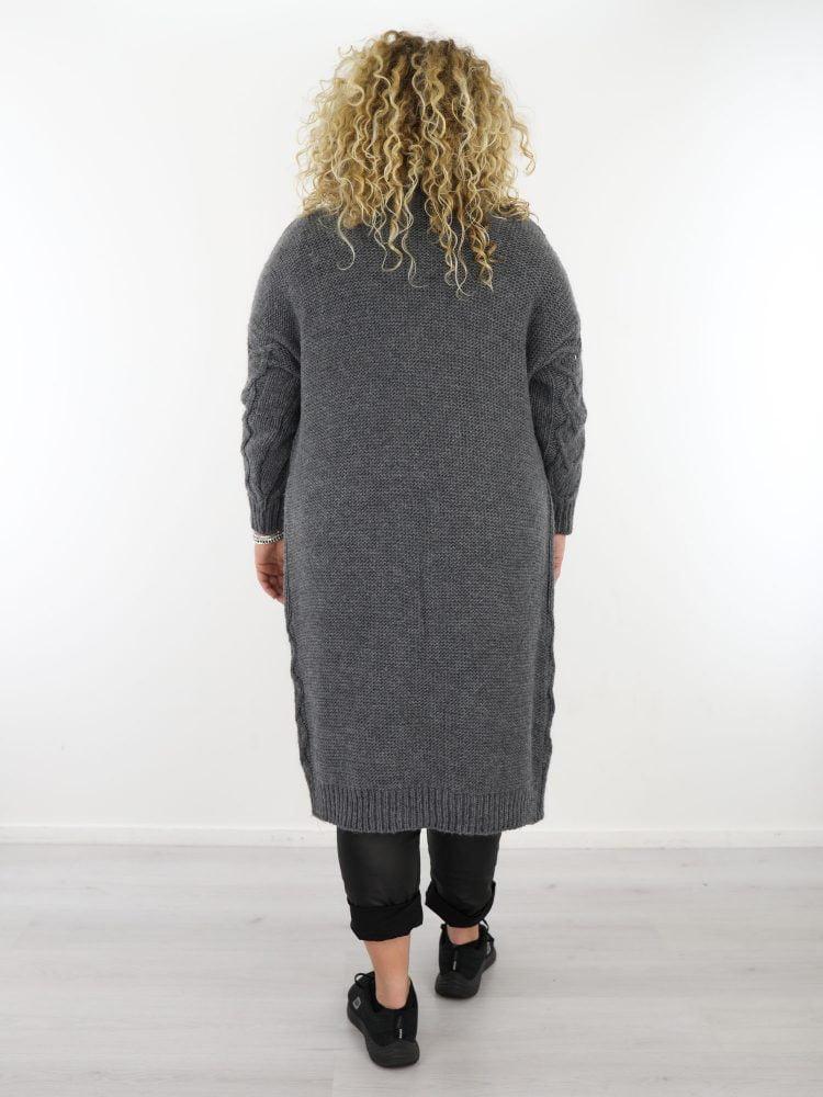 plus-size-lang-vest-in-een-grijze-kleur-gekabeld-met-zakken