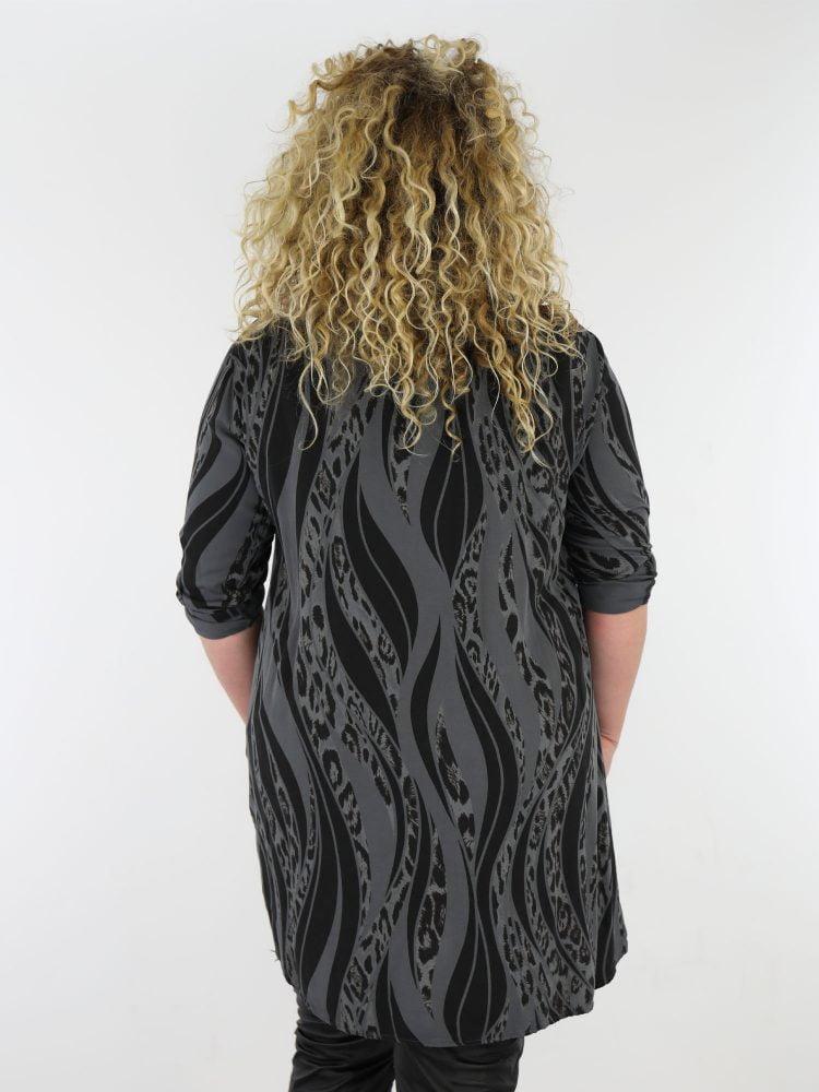 plus-size-lange-blouse-in-een-antraciet-kleur-met-zwarte-dierenprint