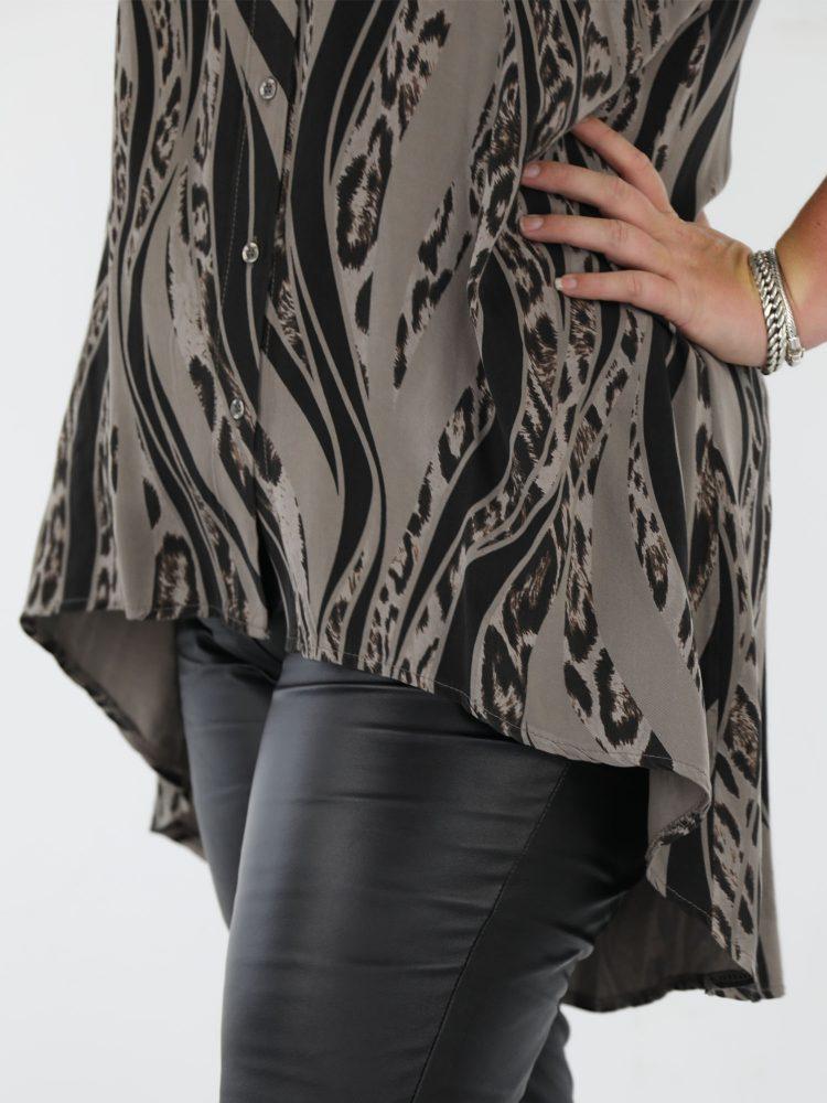 plus-size-lange-blouse-taupe-gekleurd-met-zwarte-print