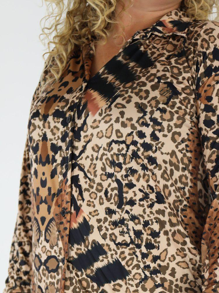 plus-size-lange-travelblouse-in-een-beige-kleur-met-cognac-zwarte-leopardprint