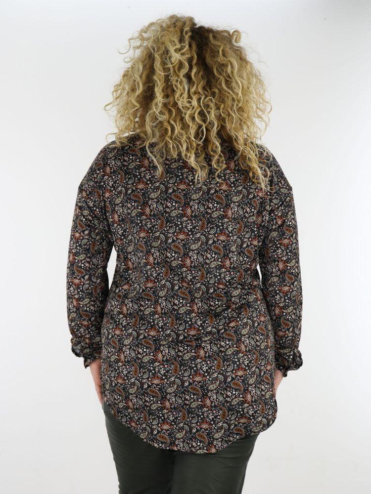 plus-size-travel-blouse-in-zwart-met-paisley-print