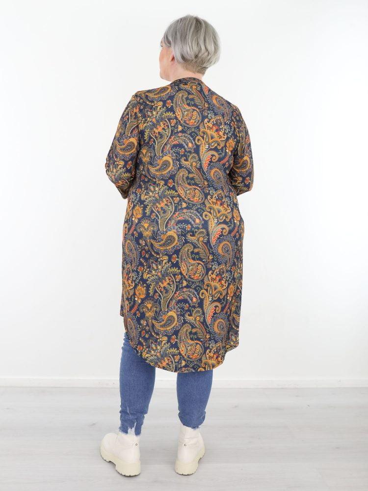 plus-size-traveltuniek-in-marineblauw-met-oranje-paisleyprint-van-angelle-milan