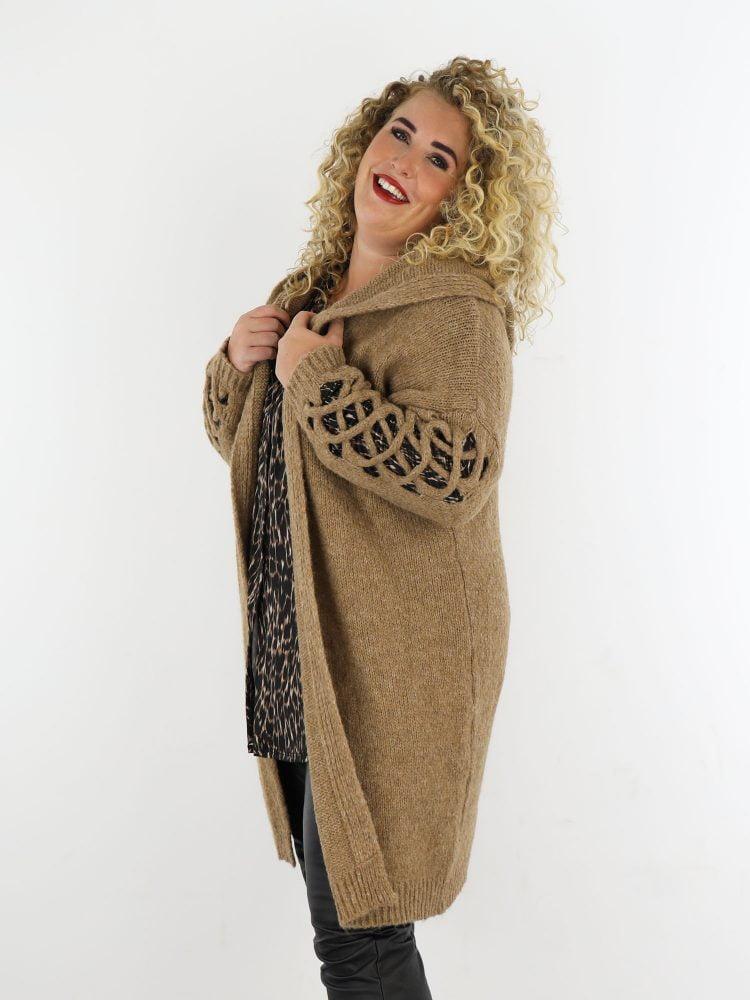 plus-size-vest-in-een-camel-kleur-met-opengewerkte-mouwen-en-capuchon
