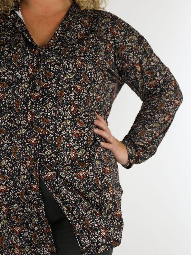 plussize-lange-blouse-van-travelstof-in-een-zwarte-kleur-met-paisley-print