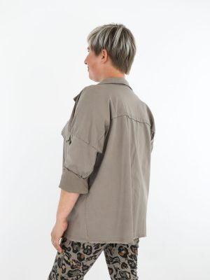 stoer-khaki-jacket-met-stretch-in-gerafelde-borstzakken