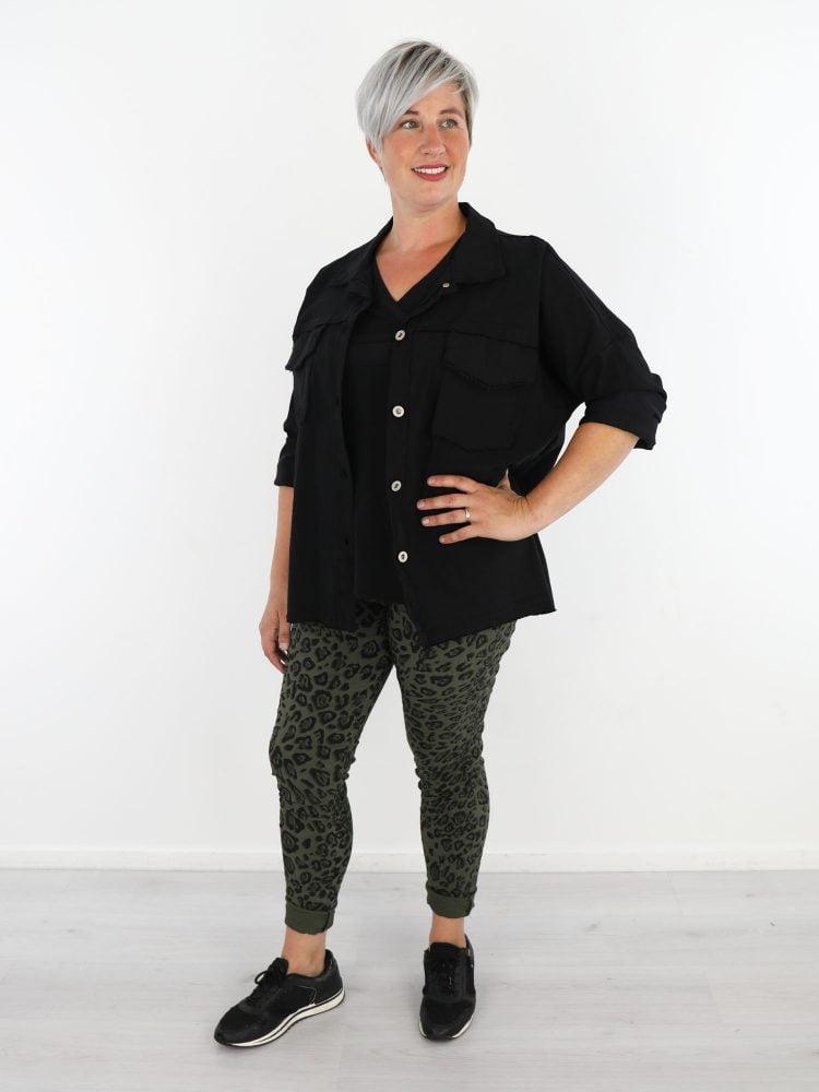 stoere-jacket-in-zwart-met-stretch-en-gerafelde-borstzakken