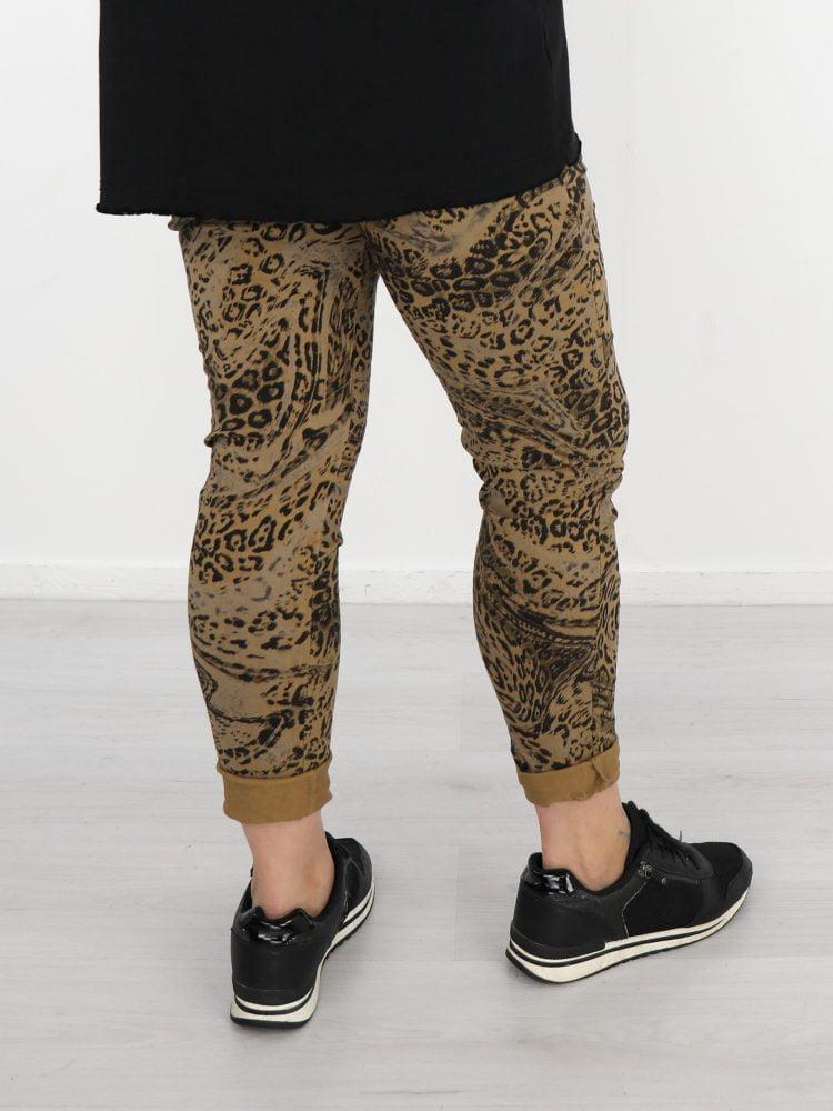 stoere-leopard-broek-in-camel-met-taupe-en-zwart-print