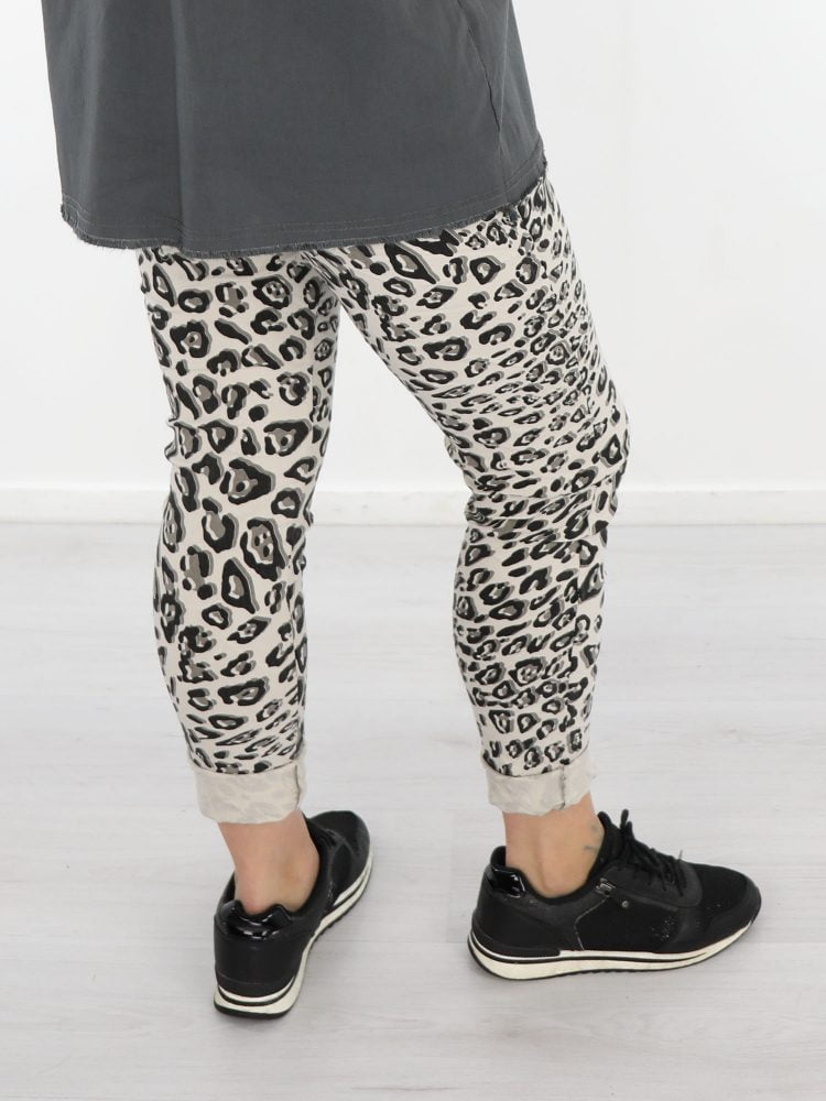 stoere-leopard-print-broek-in-licht-beige-met-zwart-en-grijs