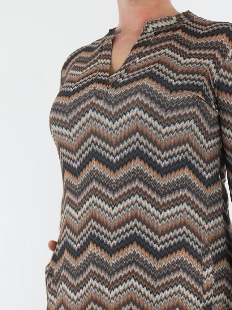 stoere-tuniek-van-travelstof-beige-en-bruin-gekleurd-met-zigzag-print-van-angelle-milan