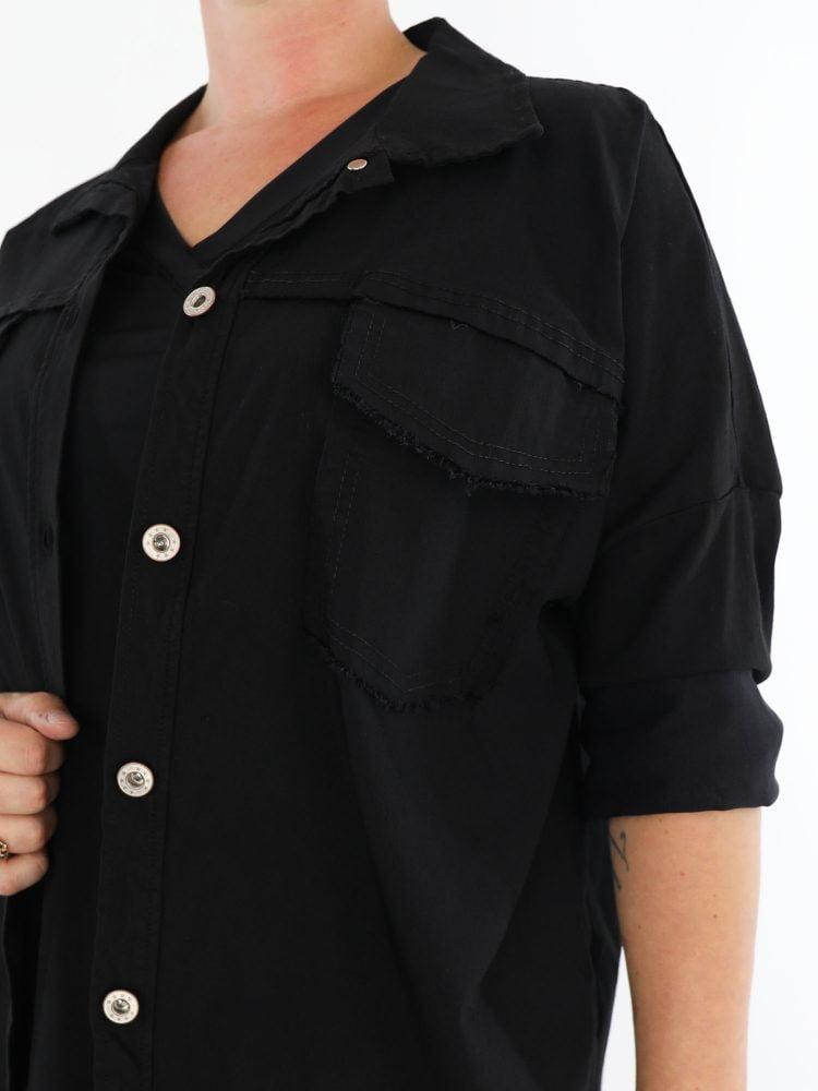 stretch-jack-in-een-zwarte-kleur-met-gerafelde-borst-zakken