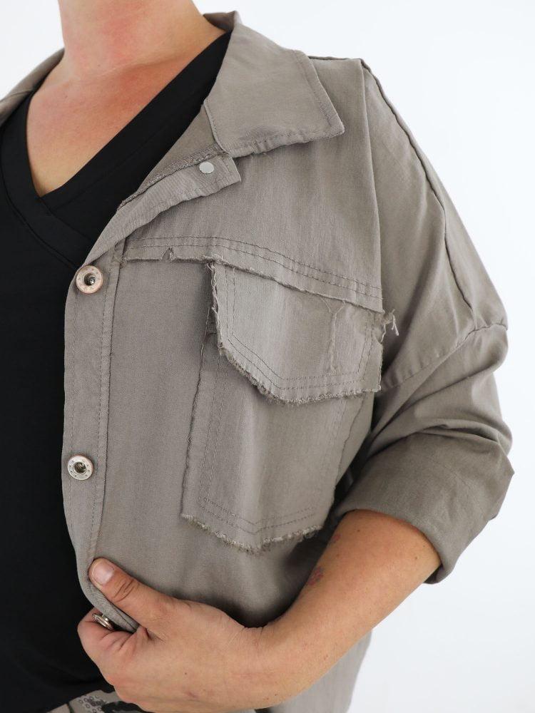 stretch-jack-khaki-gekleurd-met-gerafelde-borstzakken