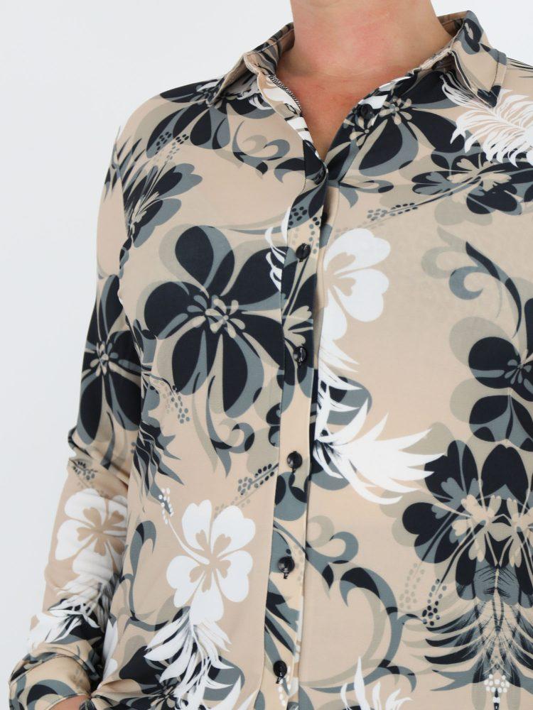 travel-blouse-beige-gekleurd-met-antraciet-en-wit-bloemenprint-angelle-milan