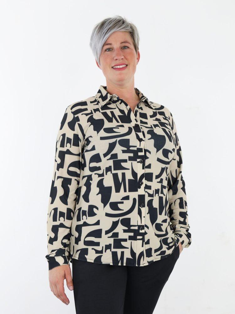 travel-blouse-in-beige-kleur-met-zwarte-abstracte-print-van-angelle-milan