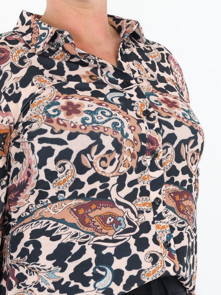 travel-blouse-in-beige-met-multi-color-paislyprint-van-het-merk-angelle-milan