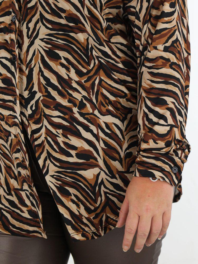 travel-blouse-lang-in-bruin-cognac-en-zwart-met-abstracte-print-plus-size