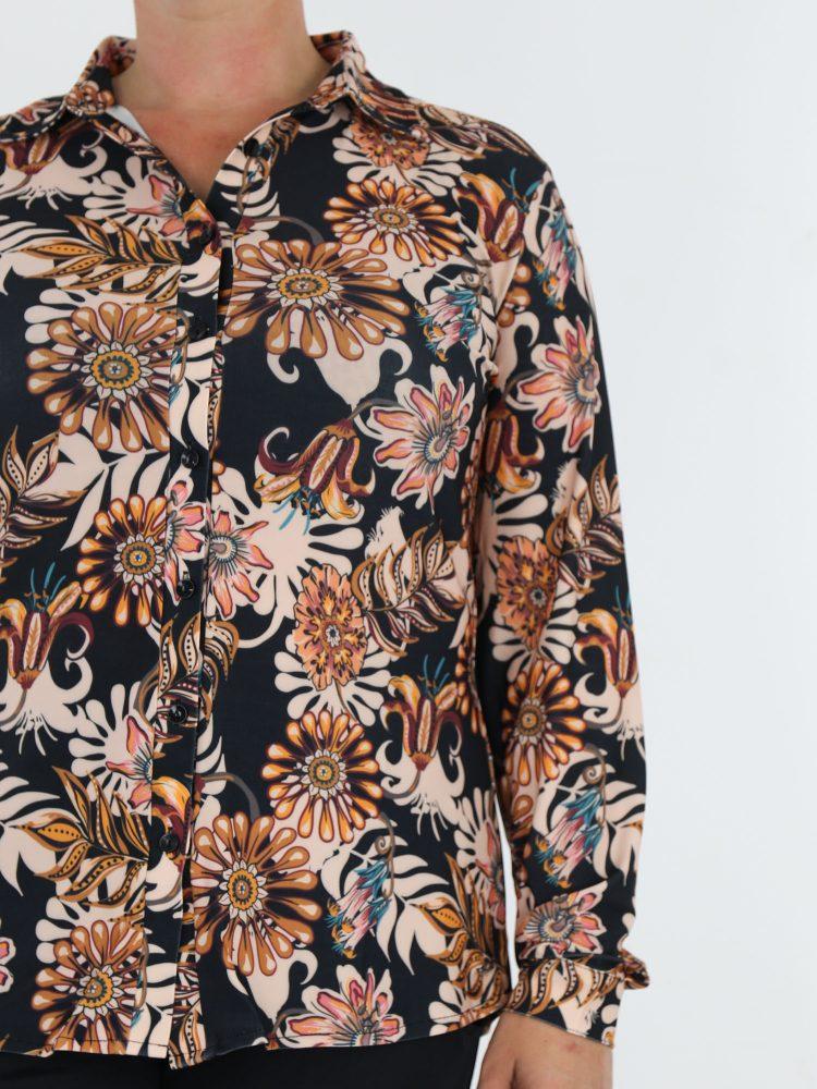 travel-blouse-van-angelle-milan-in-zwart-met-klassieke-print