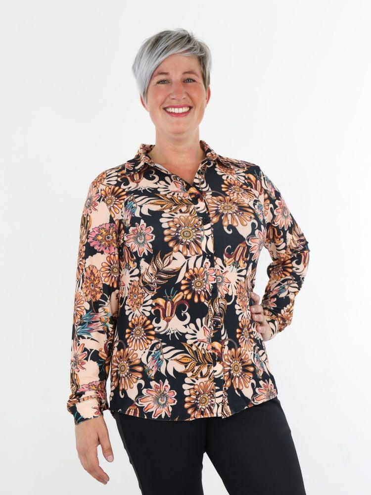 travelstof-blouse-in-zwart-met-klassieke-bloemenprint-van-angelle-milan