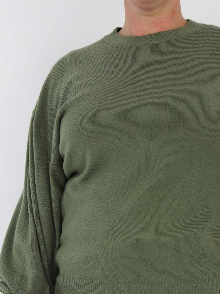 trui-in-een-egale-groene-kleur-met-ballonmouw