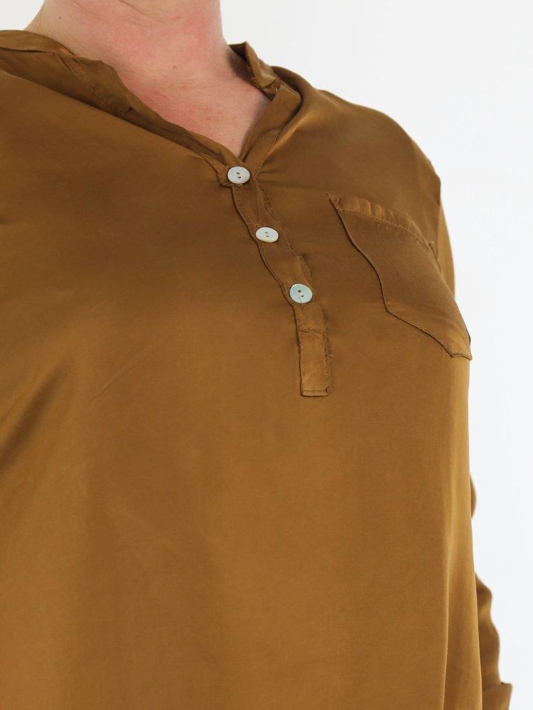 v-hals-top-blouse-met-knoopjes-en-borstzak-in-brons