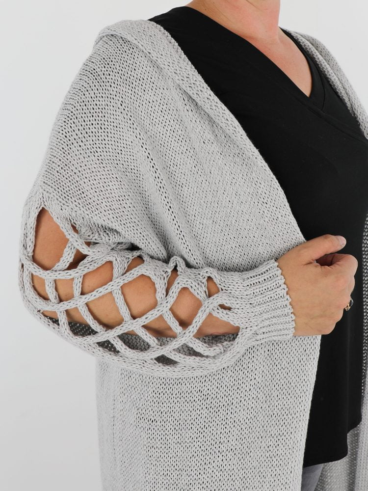 vest-in-een-licht-grijze-kleur-uitgevoerd-met-capuchon-en-opengehaakte-mouwen