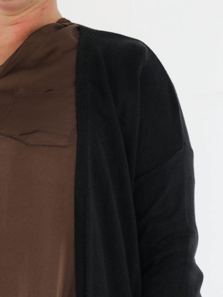 zwart-gekleurd-vest-cardigan-met-zakken-basic